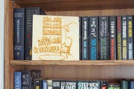 Névre szóló tábla könyvespolcra/olvasósarokhoz